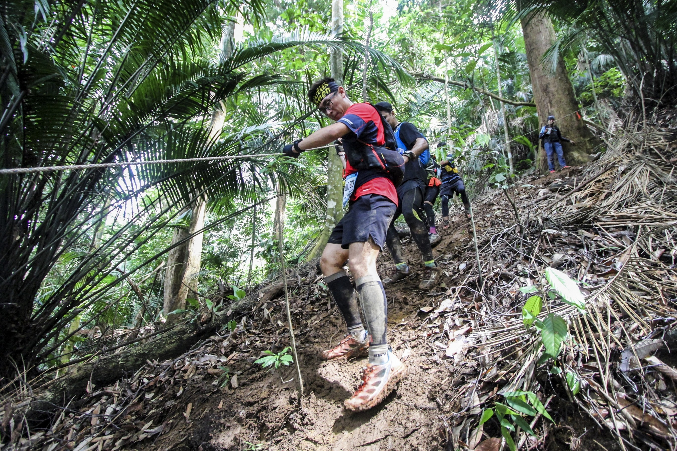 4) MMTF 2018 - Runners making their way in the forest trail (2)